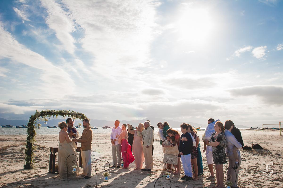 Convidados acompanham a cerimônia
