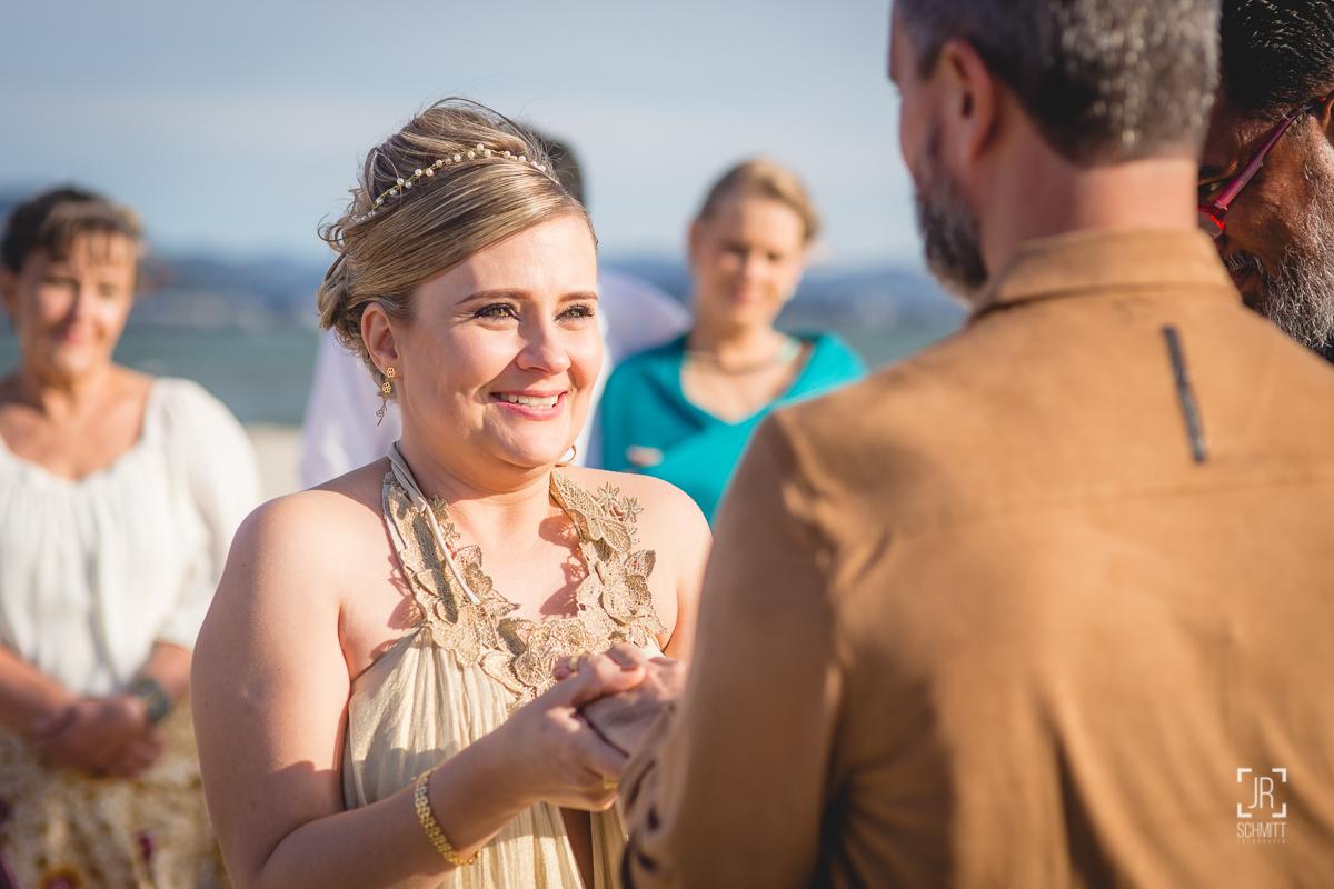 Noiva coloca aliança no noivo