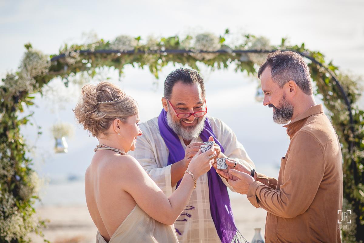 Noivos brindam durante a cerimônia