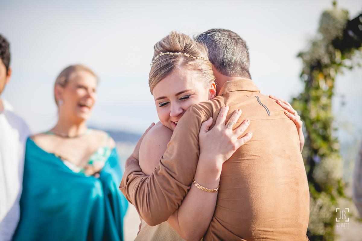 Abraço de recém-casados
