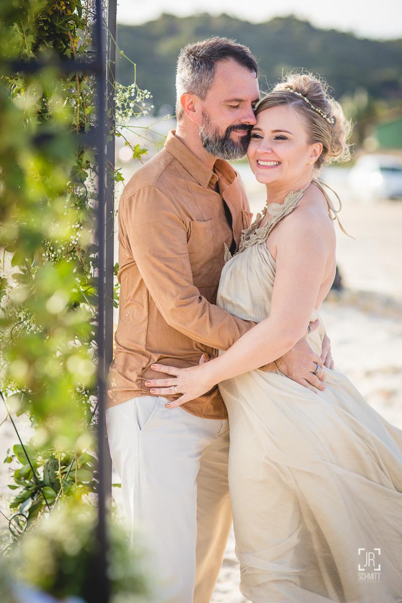 Noivos em tons de bege para casamento na praia
