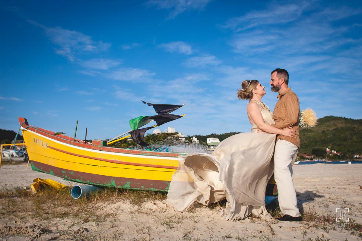 noivos com barcos de pescador na praia