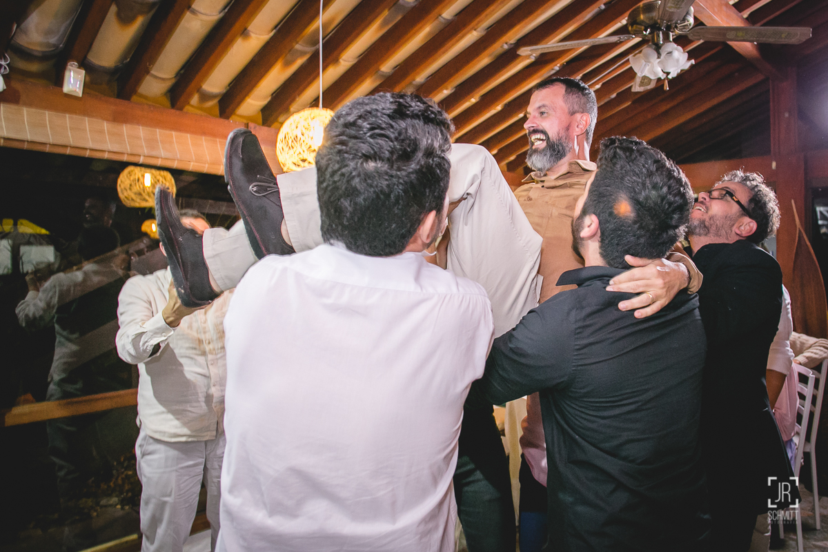 Noivo sendo erguido pelos convidados