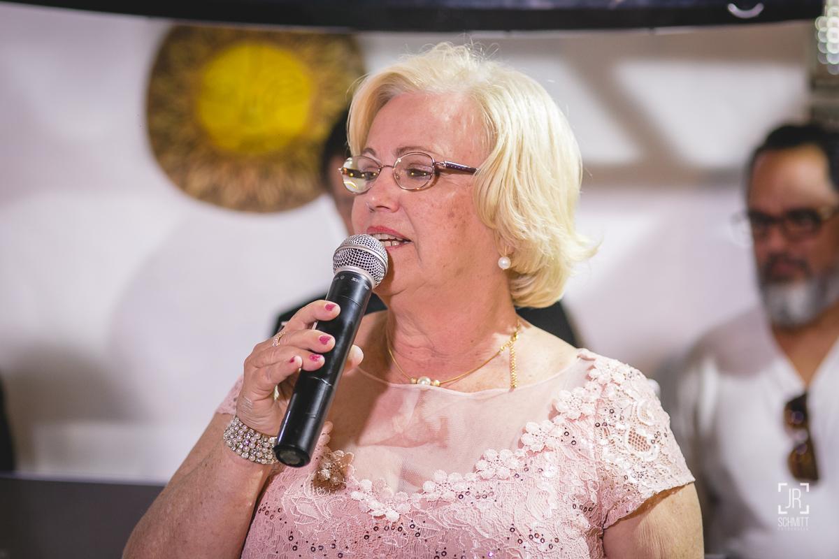 Mãe da noiva discursa durante a recepção