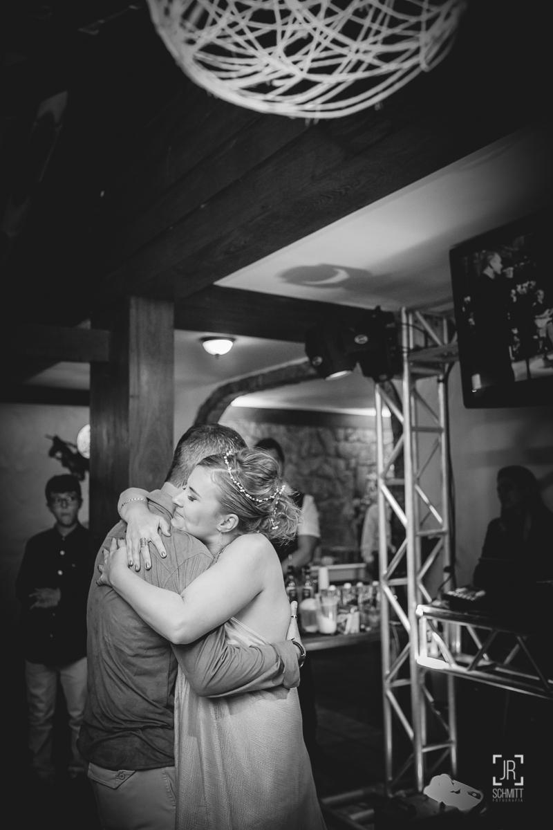 Noivos abraçados na pista de dança