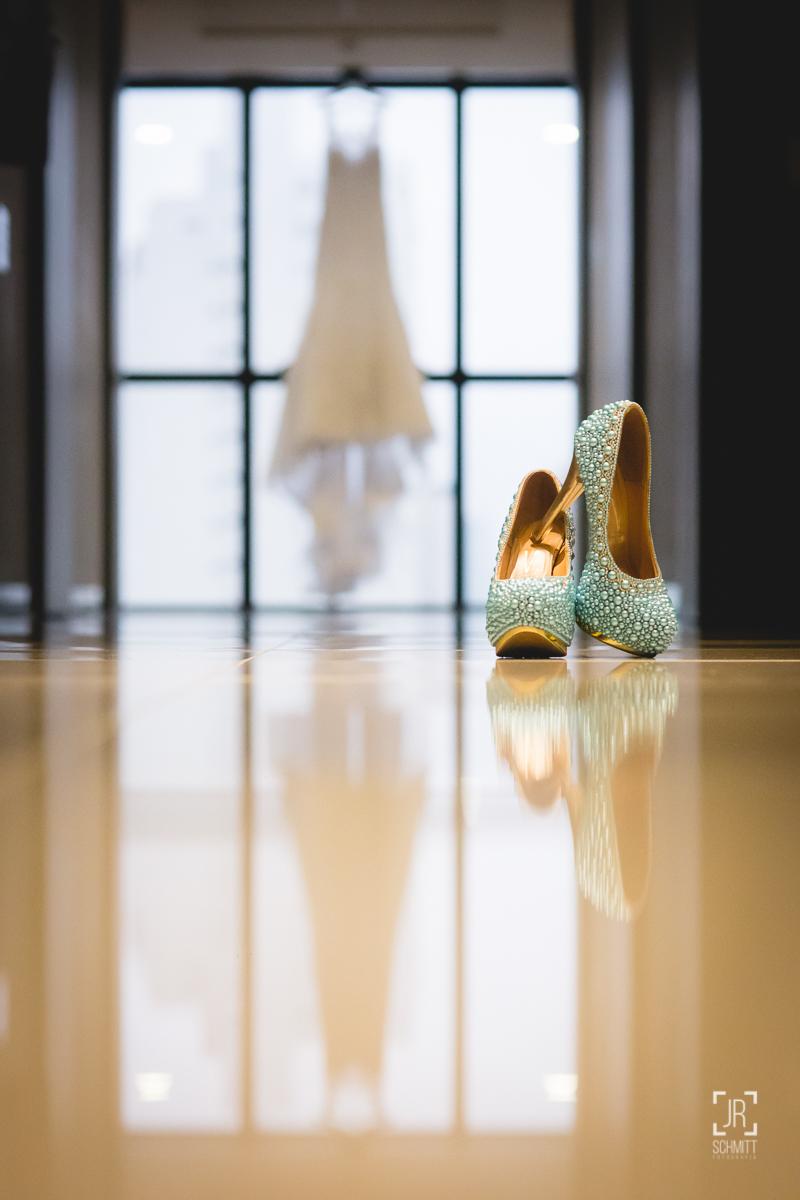 sapato da noiva com vestido ao fundo