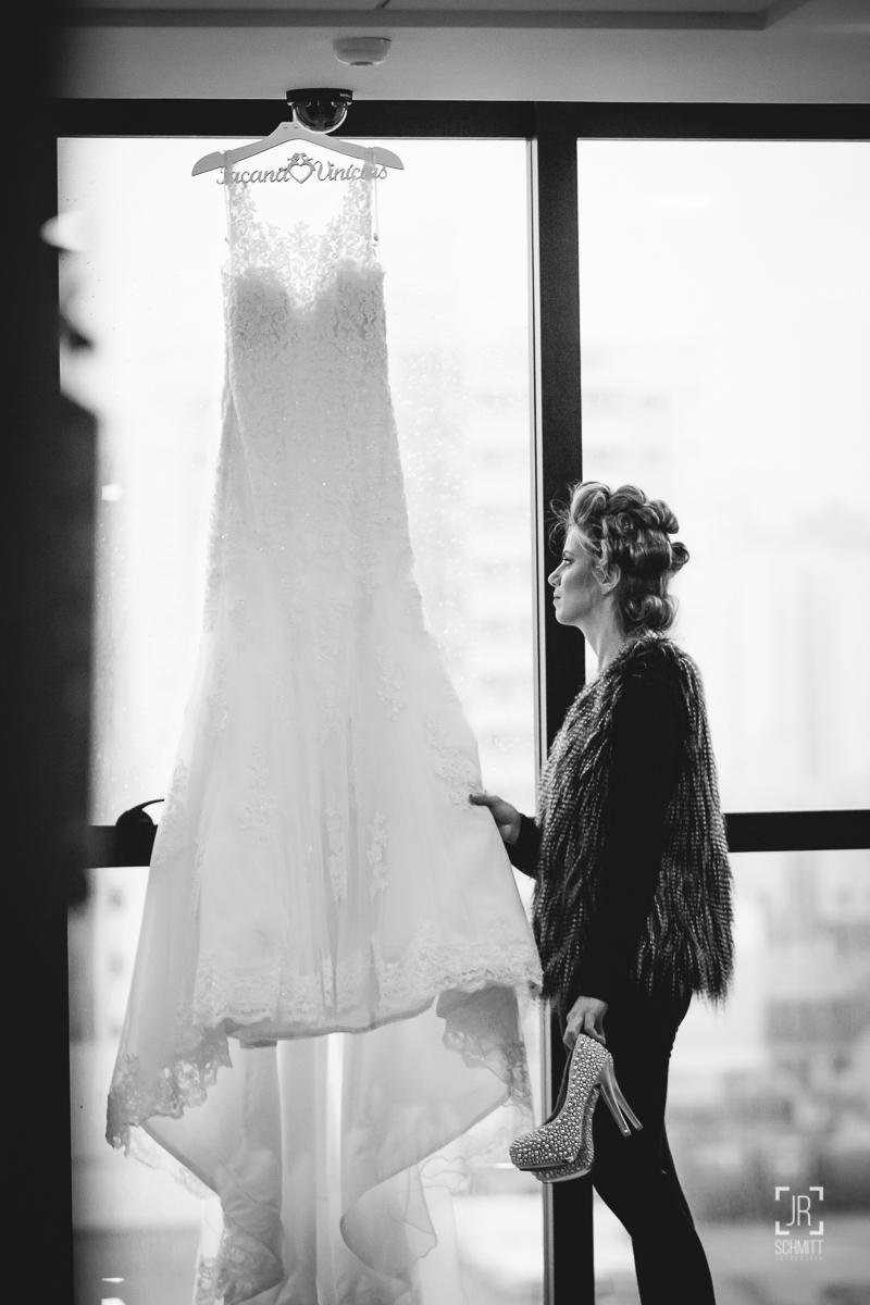 noiva apreciando seu belo vestido