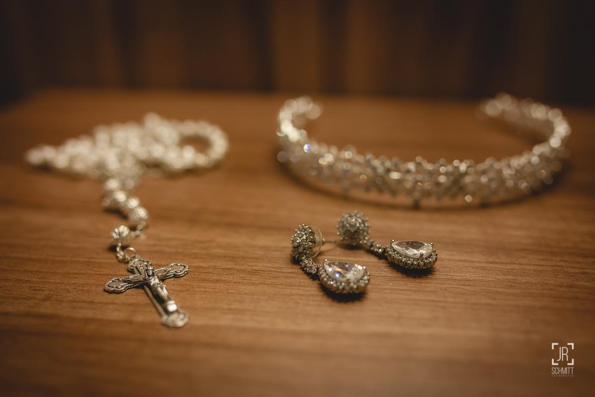 acessórios da noiva: tiara, brincos e pulseira