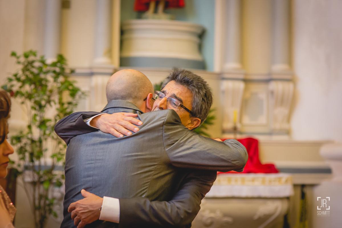 noivo abraçando o pai