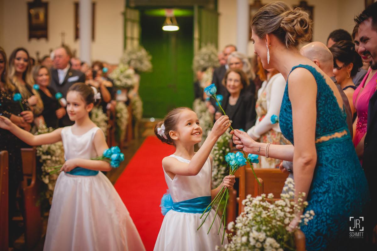 daminhas entregando rosas azuis para os convidados