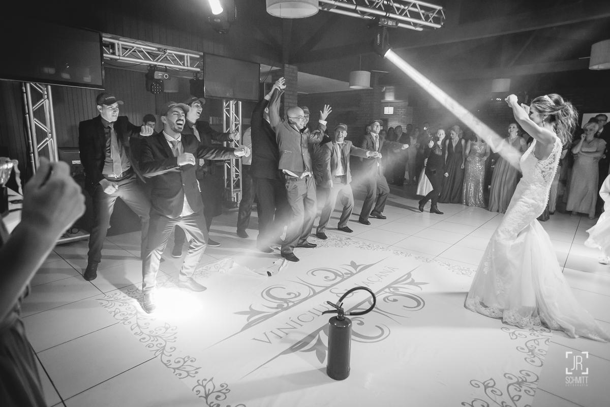 padrinhos dançando com extintor de incêndio