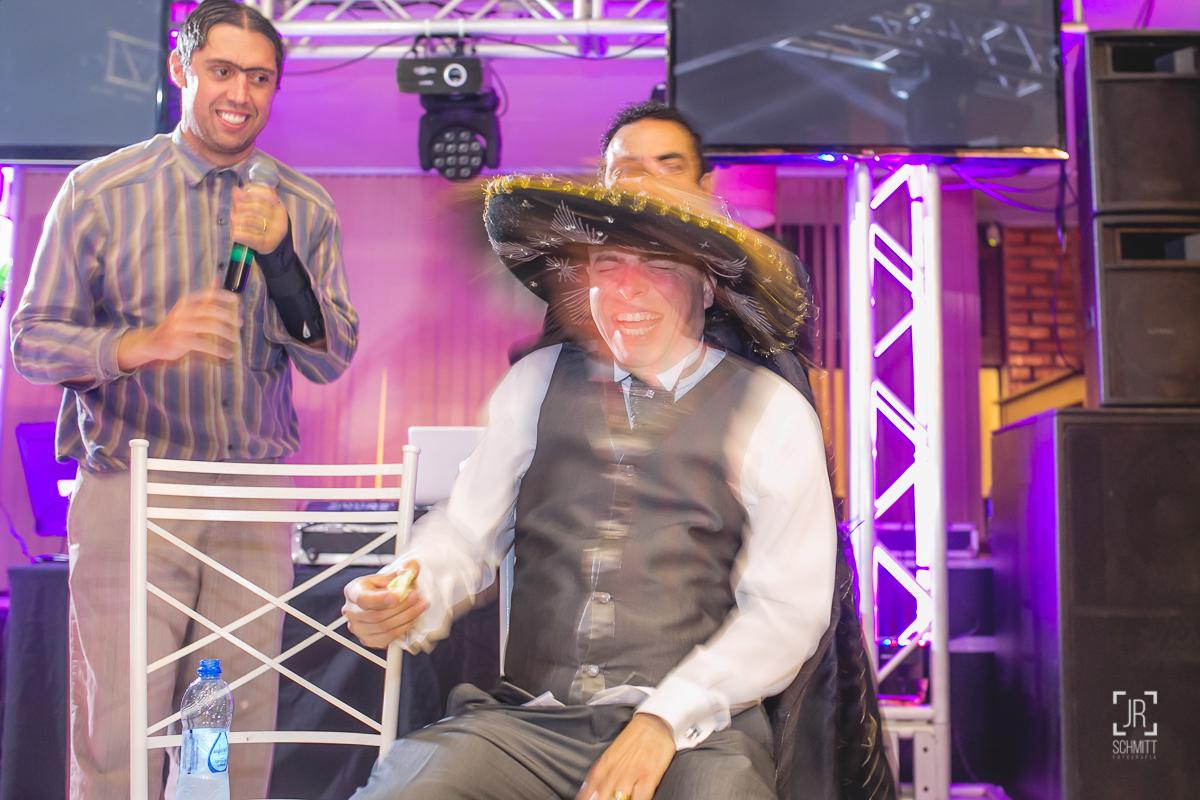noivo tomando tequila com sombreiro mexicano