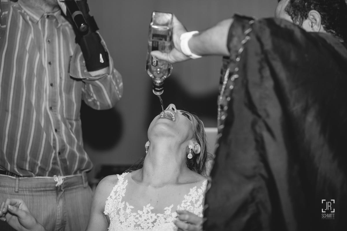 noiva tomando tequila no gargalo