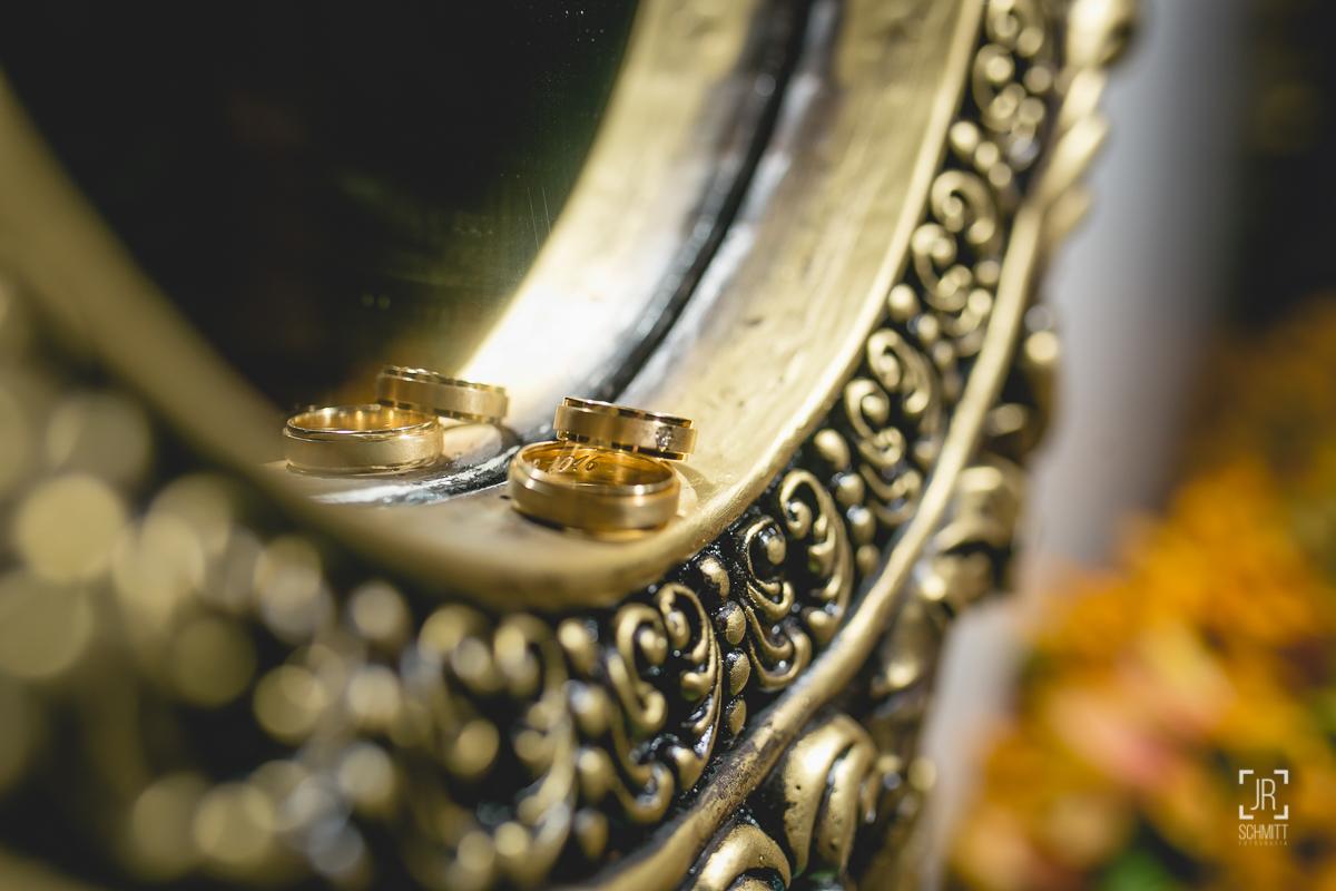 alianças dos noivos no espelho