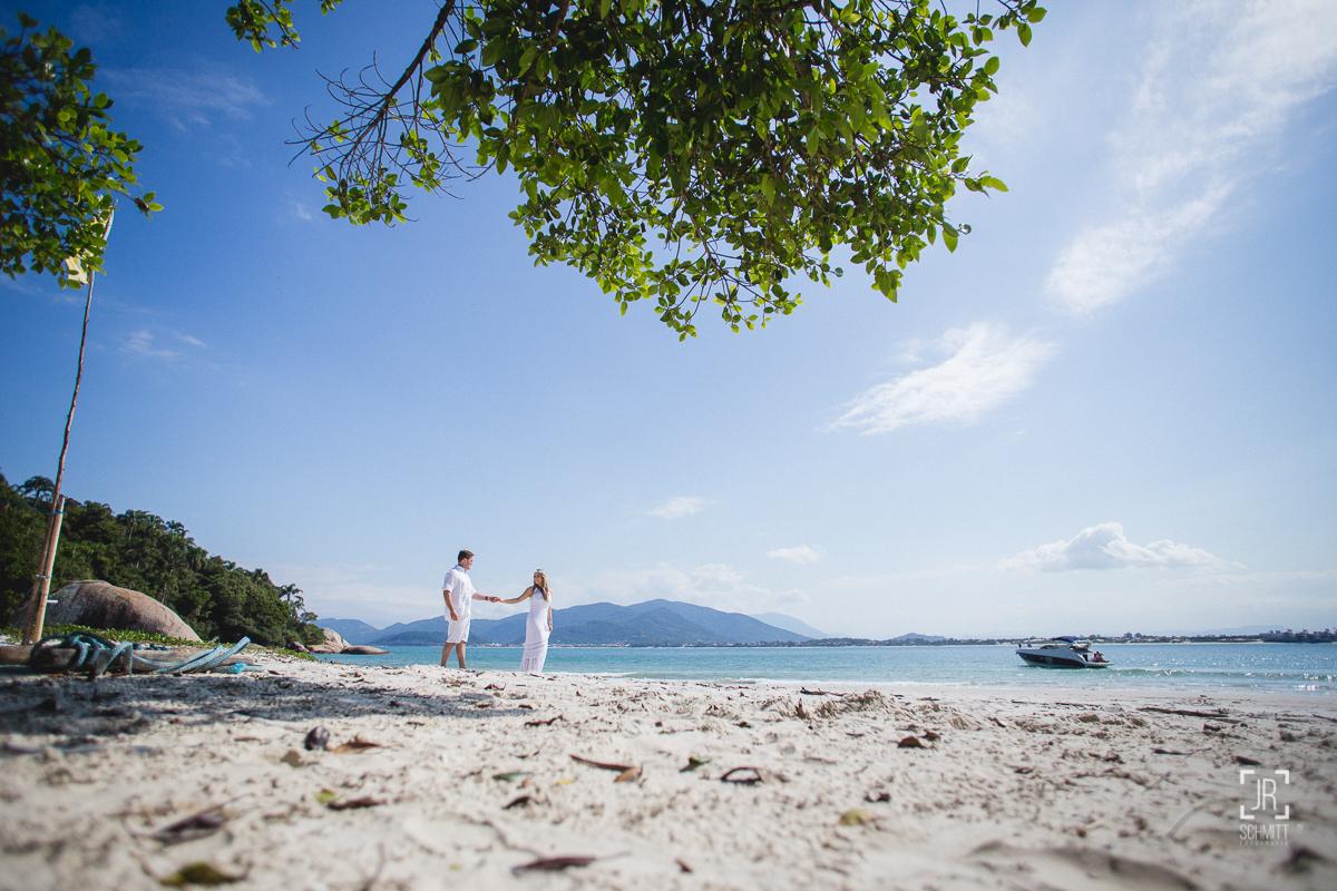 noivos de mãos dadas na ilha