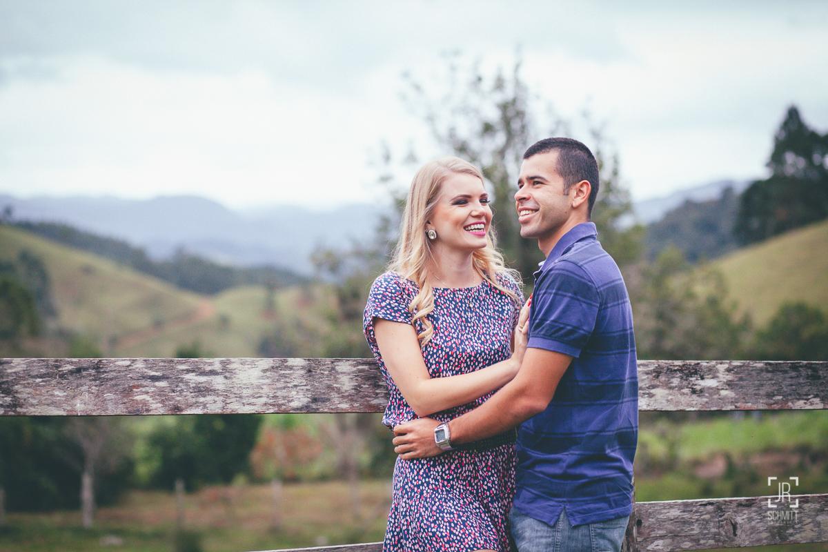 Casal de noivos na cerca do sítio