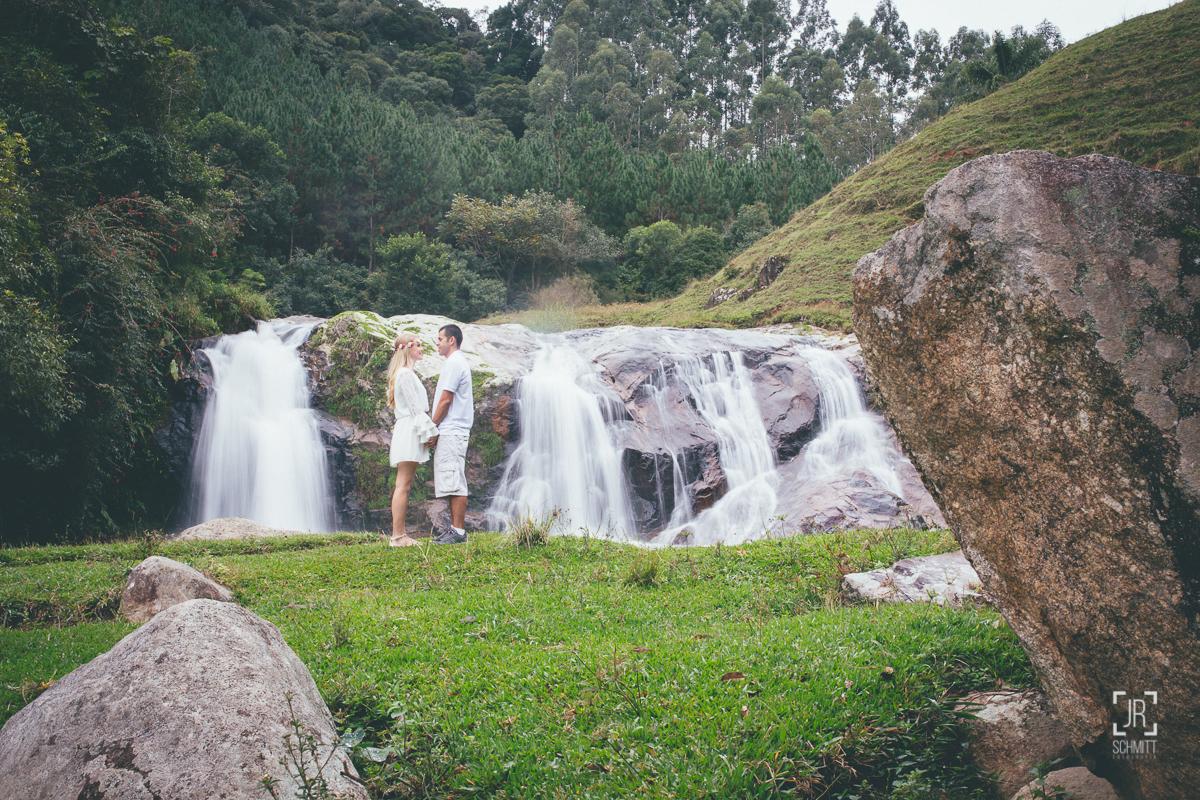 fotografia na cachoeira, sessão pré-casamento