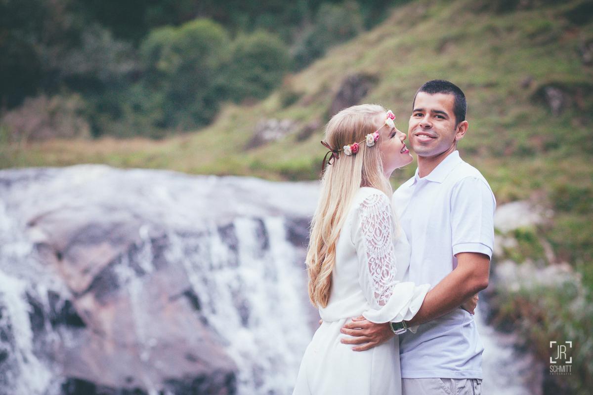 noiva com coroa de flores na cachoeira em uma das cachoeiras de São Bonifácio