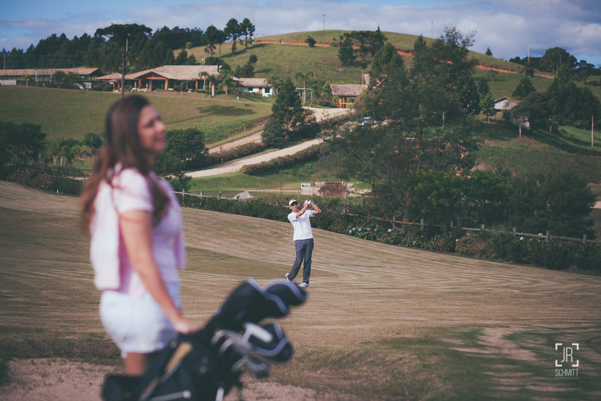 noivo jogando golf