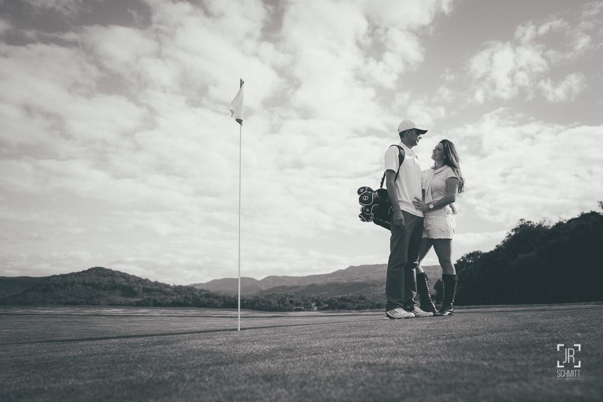 noivos no campo de golf