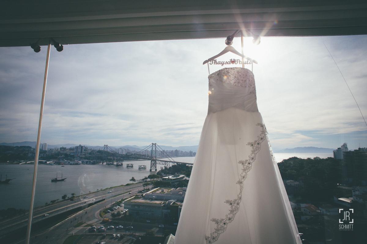 vestido da noiva pendurado na janela do hotel intercity com vista para  a ponte hercílio luz