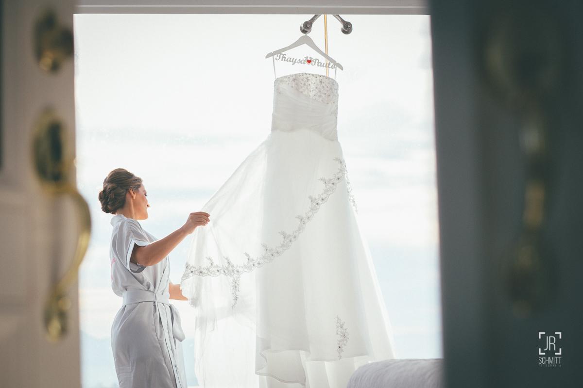 noiva admira seu lindo vestido