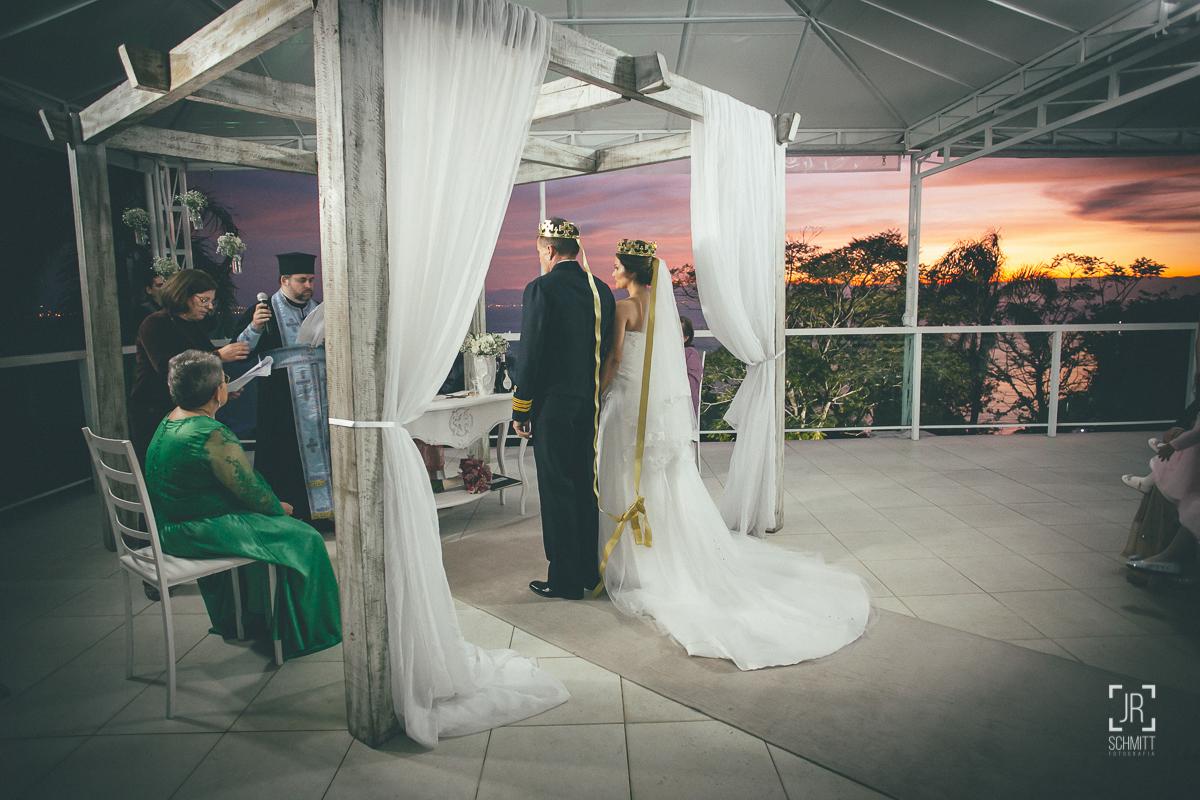 noivos com coroa durante casamento ortodoxo