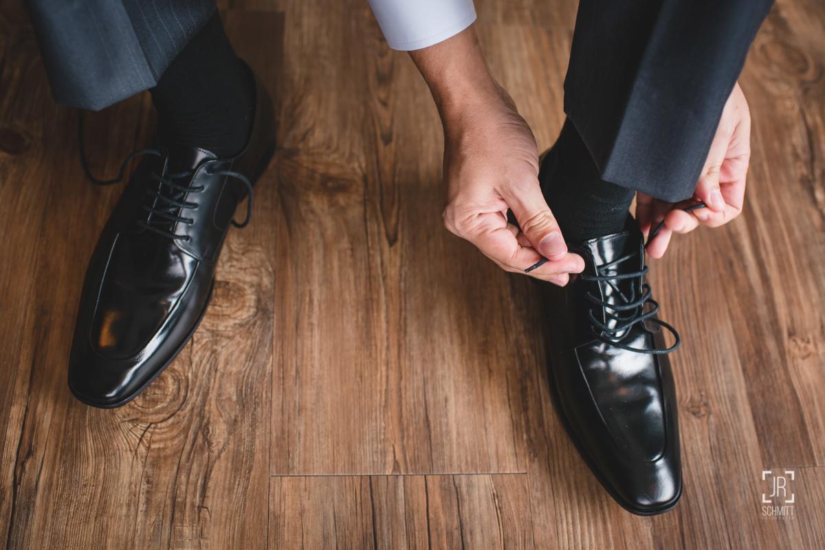 noivo amarrando os sapatos