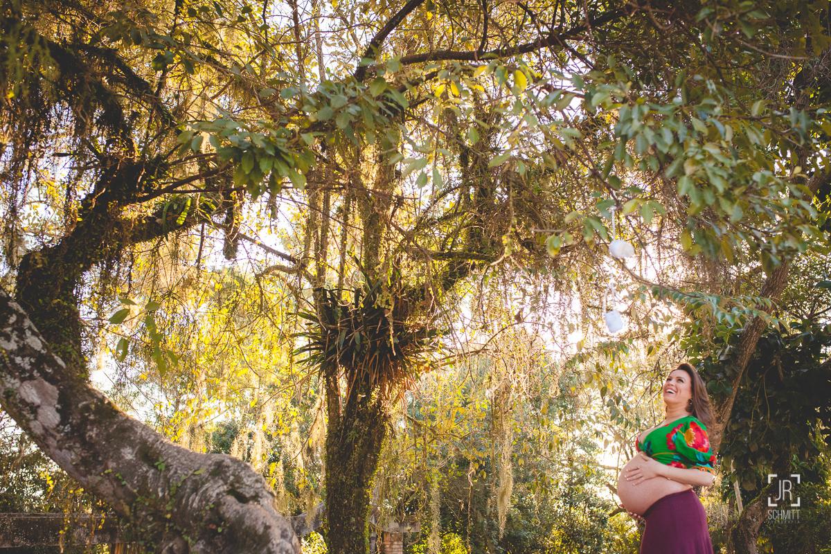 Gestante entre as árvores
