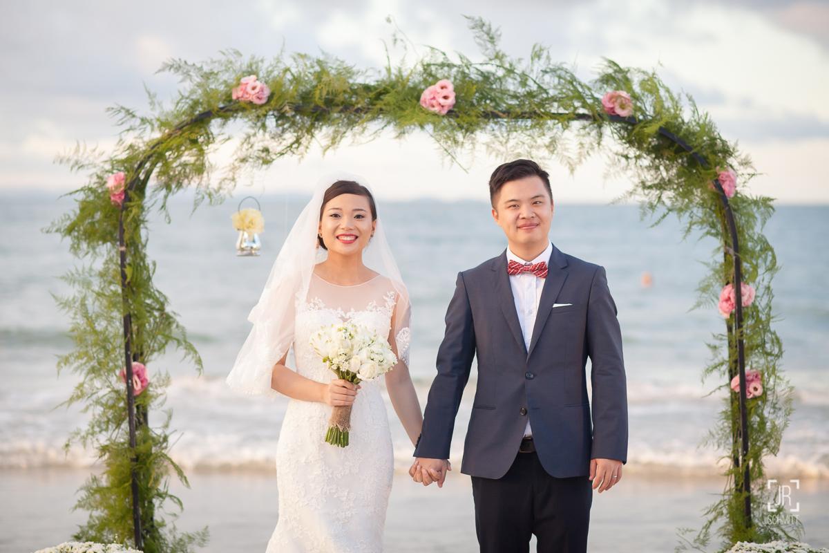 Casal chinês casando na praia
