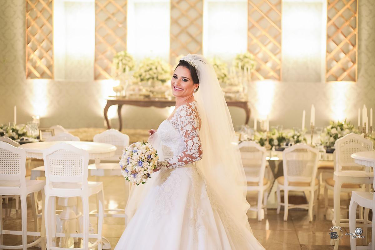 VESTIDO DA NOIVA - Cristiano Bernardes Freires - Fotografia de casamento goiania - Espaço Fotográfico - Buque e coroa - Cida Flores
