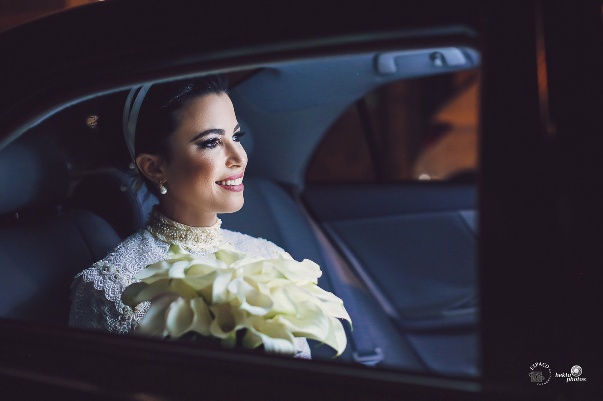 Noiva no carro e ansiosa para sua entrada na igreja