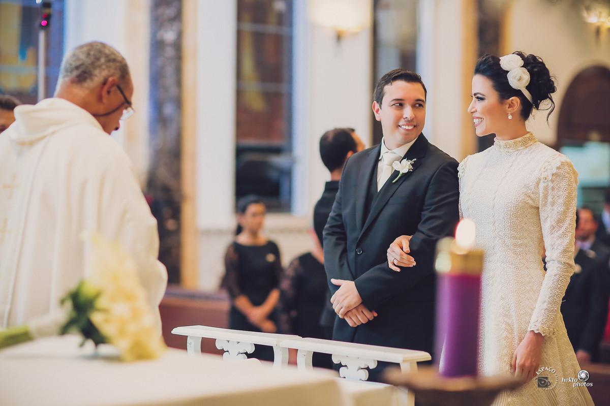 """Após a chegada no altar o noivo Thiago se vira para a noiva Alberta e diz: """"Como você está linda"""""""