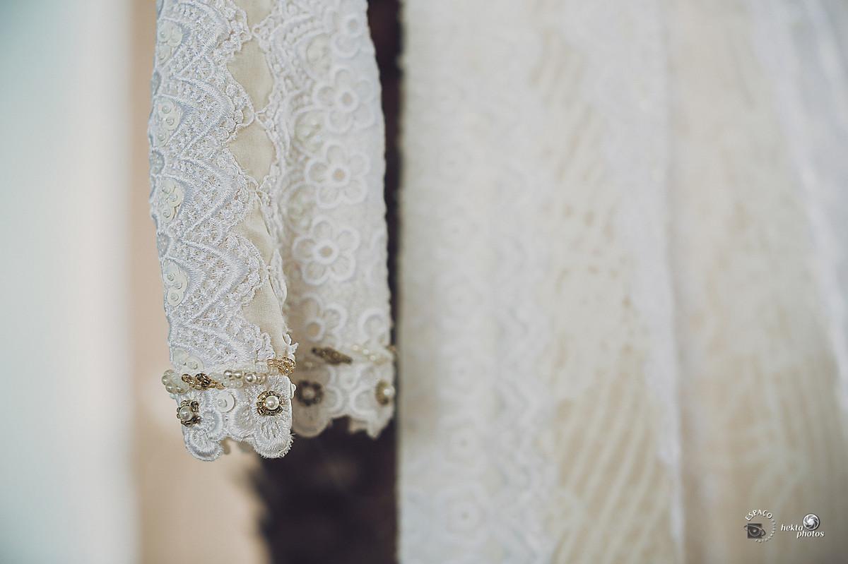 Detalhe do vestido da noiva Alberta, vestido este que foi usado pela mãe há 40 anos em Goiânia - Goiás por Hektaphotos