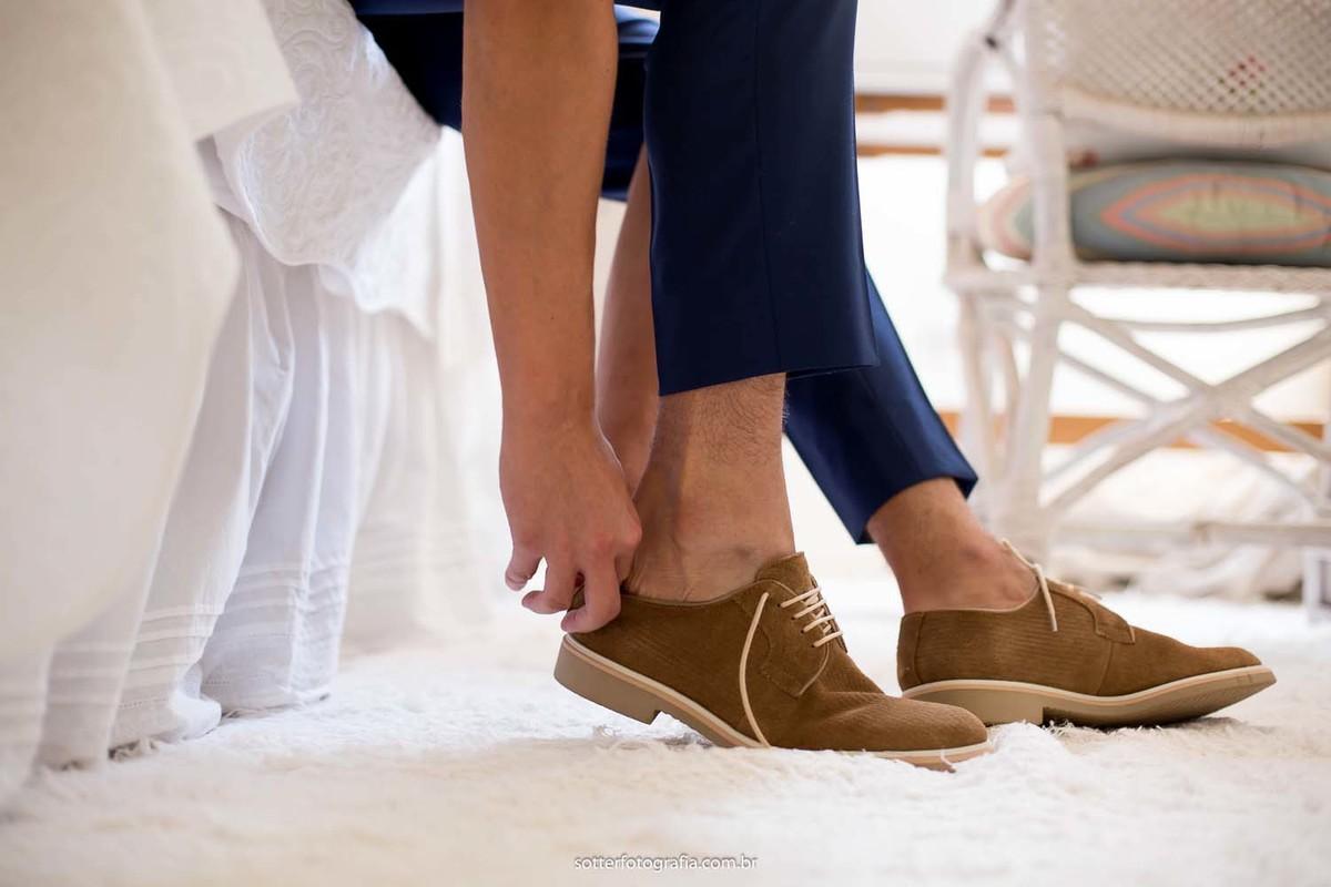 Noivo calçando os sapatos