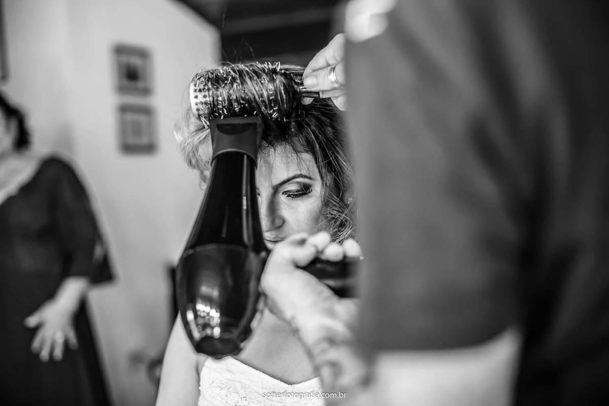 Noiva escovando cabelo