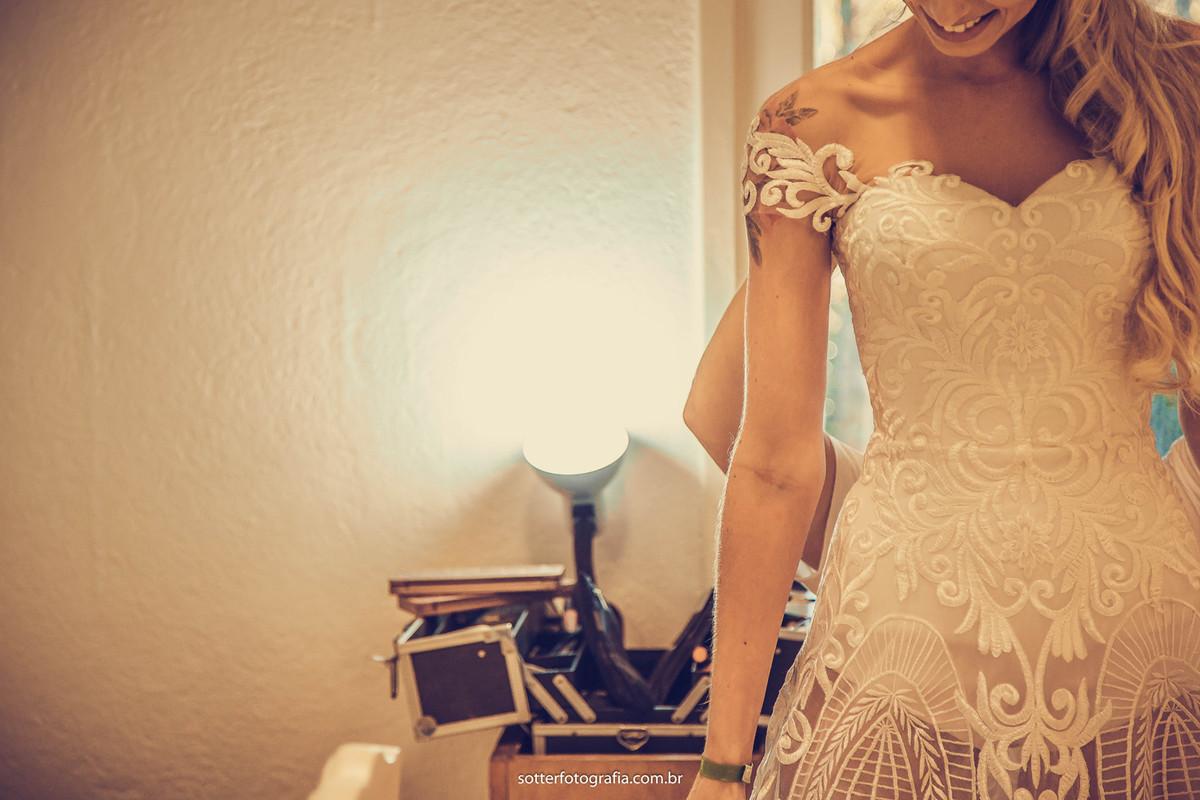 vestindo o vestido casar em trancoso fotografo em trancoso sotter fotografia