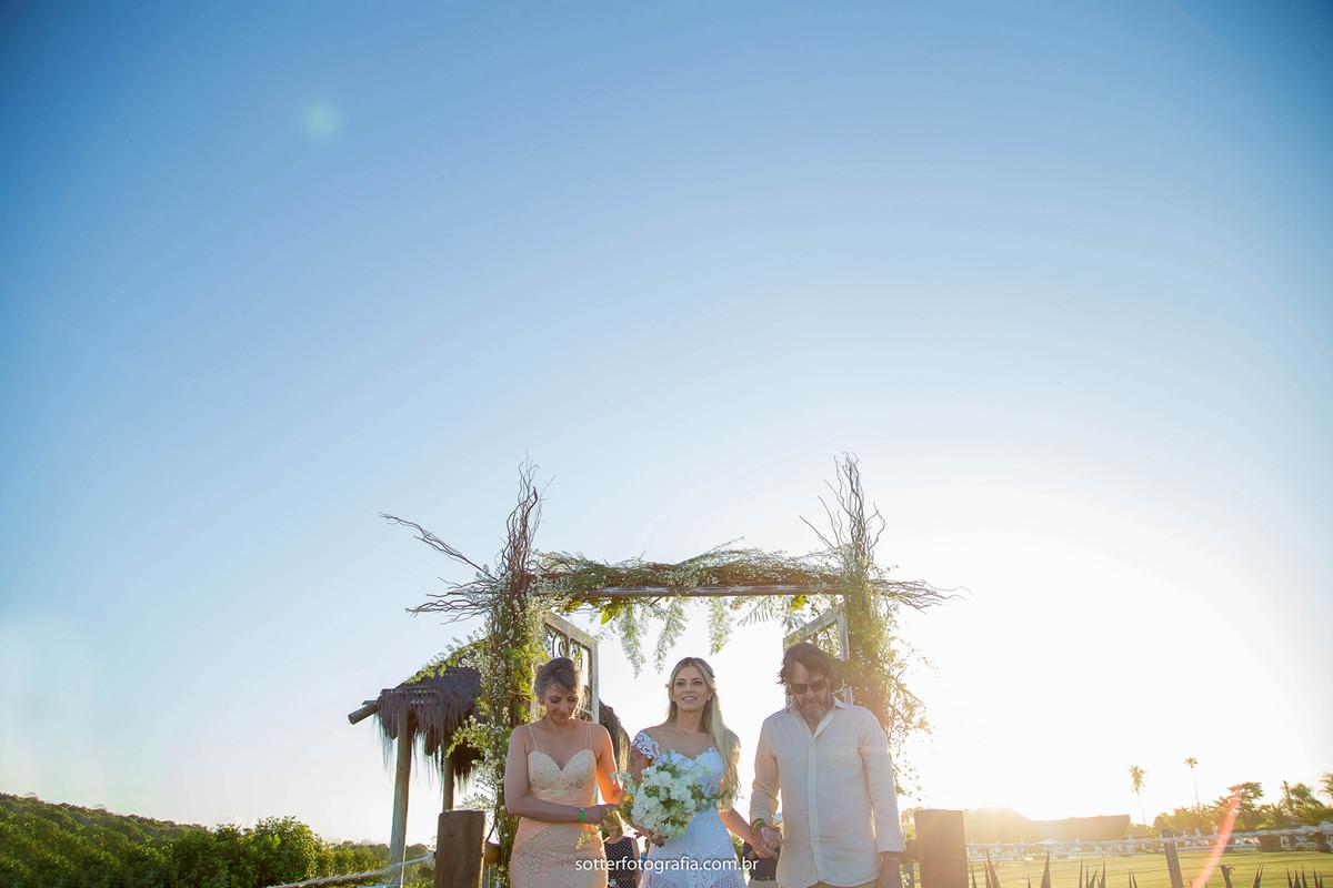 cortejo noiva entrando com os pais casamento e trancoso fotografo de casamento em trancoso bahia