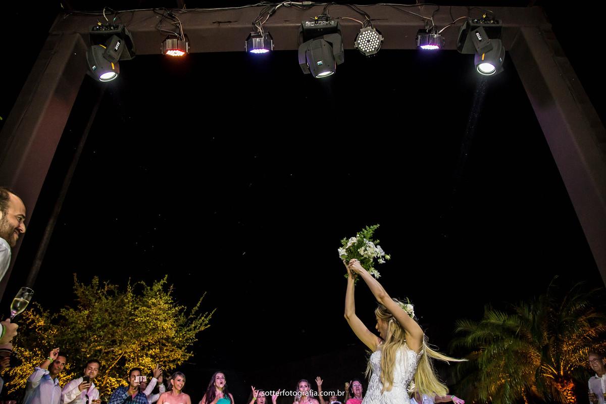 jogando o buque casamento trancoso fotografia