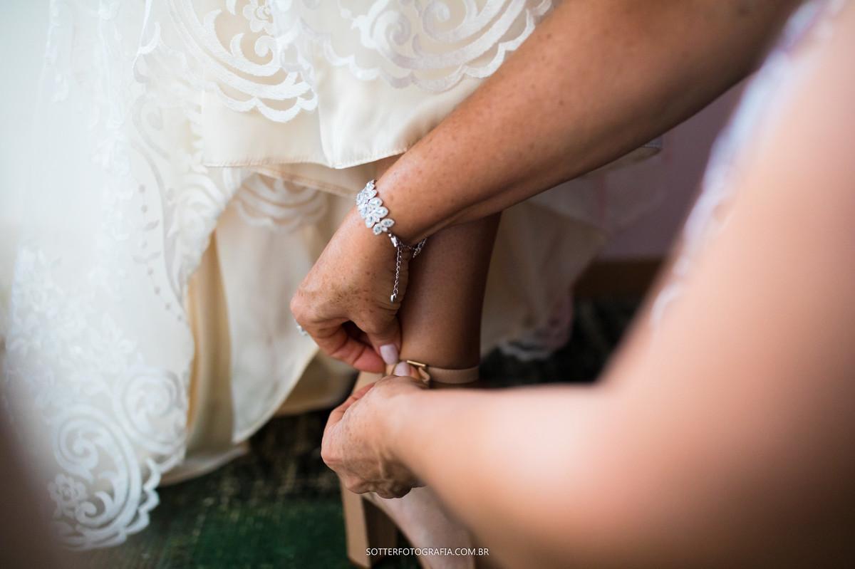 colocando sapato da noiva, casamento sotter