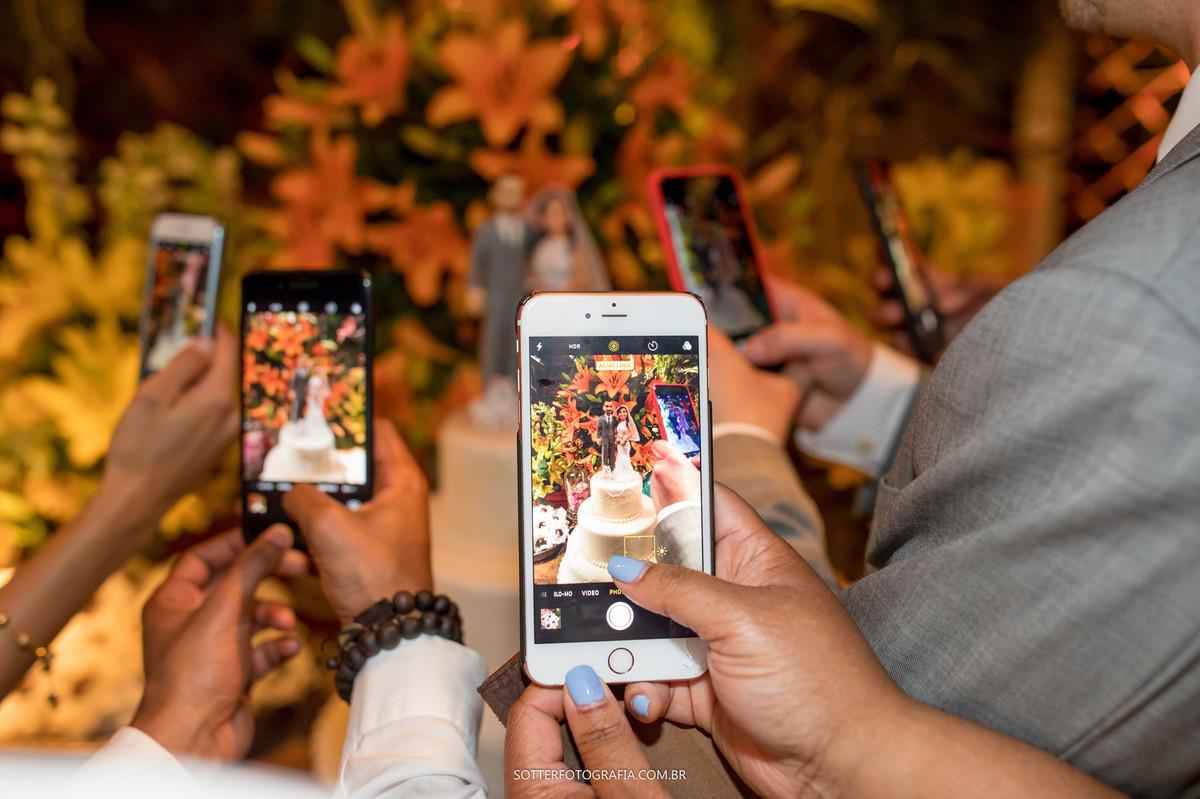 varios celulares no casamento