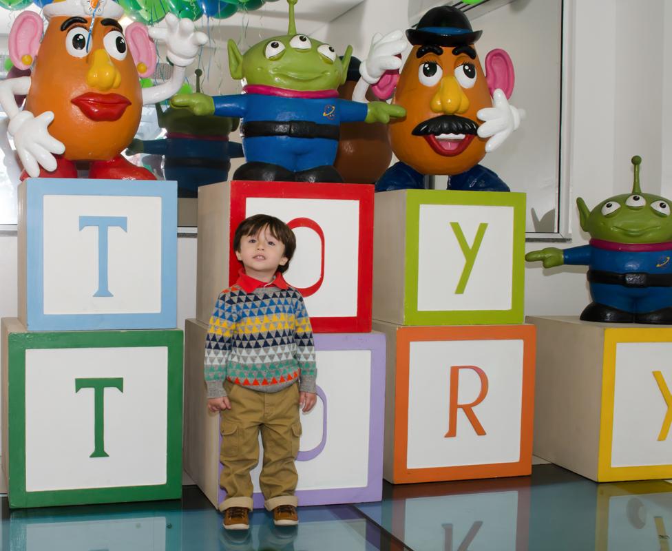 Em frente da parede do toy History  -  Fotografias do Enzo 3 anos - Festa de 3 anos do Enzo - fotografia e vídeo dessa festa infantil Maravilhosa.