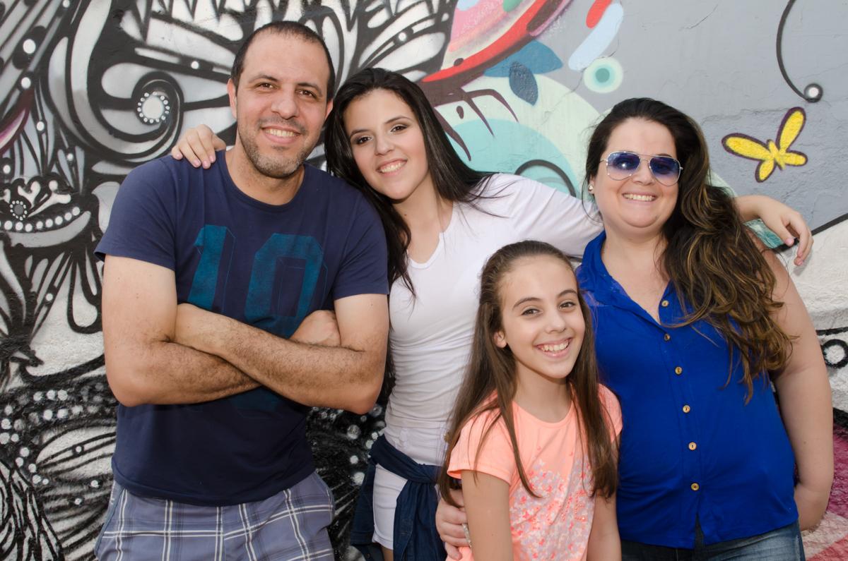 A Família reunida - Sessão fotográfica no Beco do Batman em SP, feita pela Geniphoto