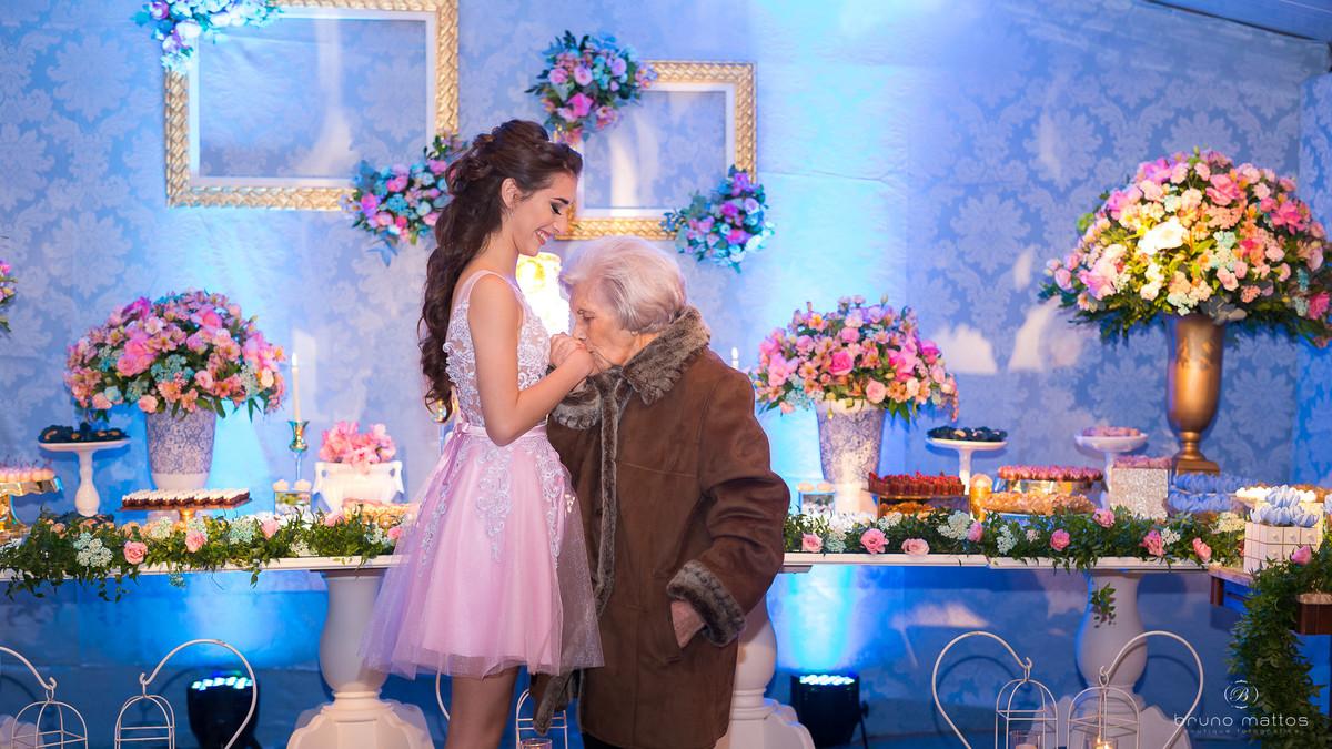 avó dando beijo na mão da debutante