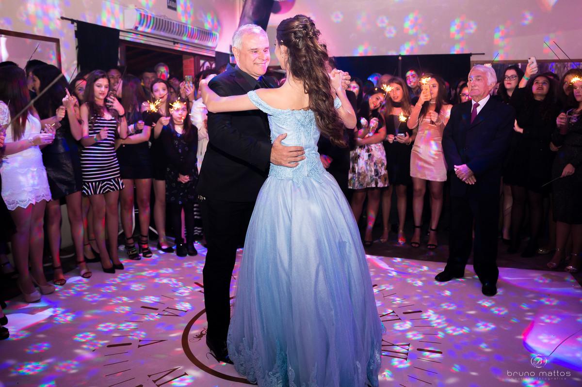 debutante dançando com o pai na pista