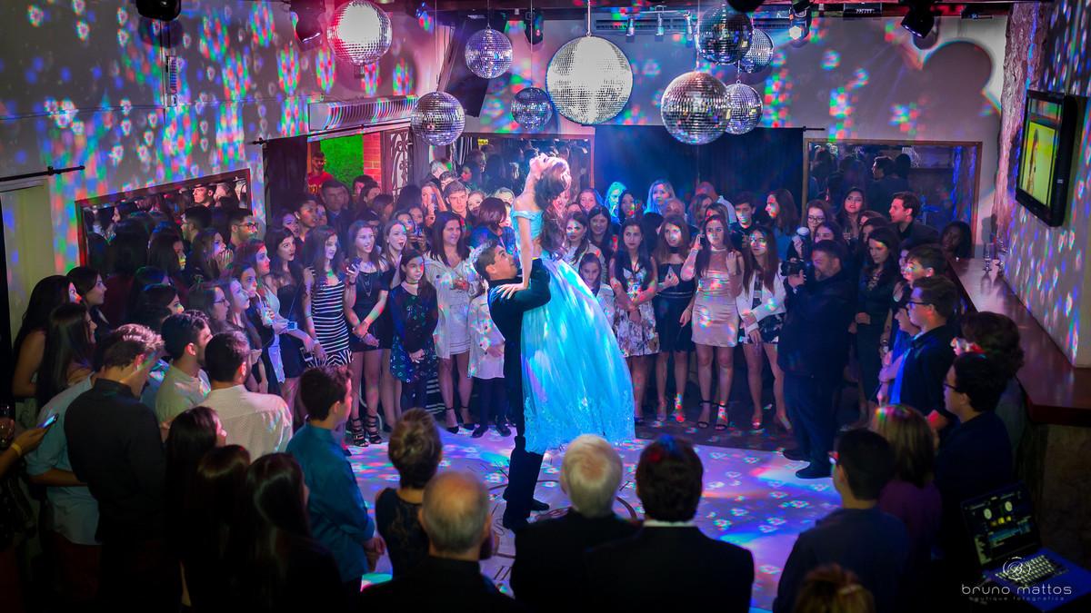 principe levantando a debutante no ar durante a dança