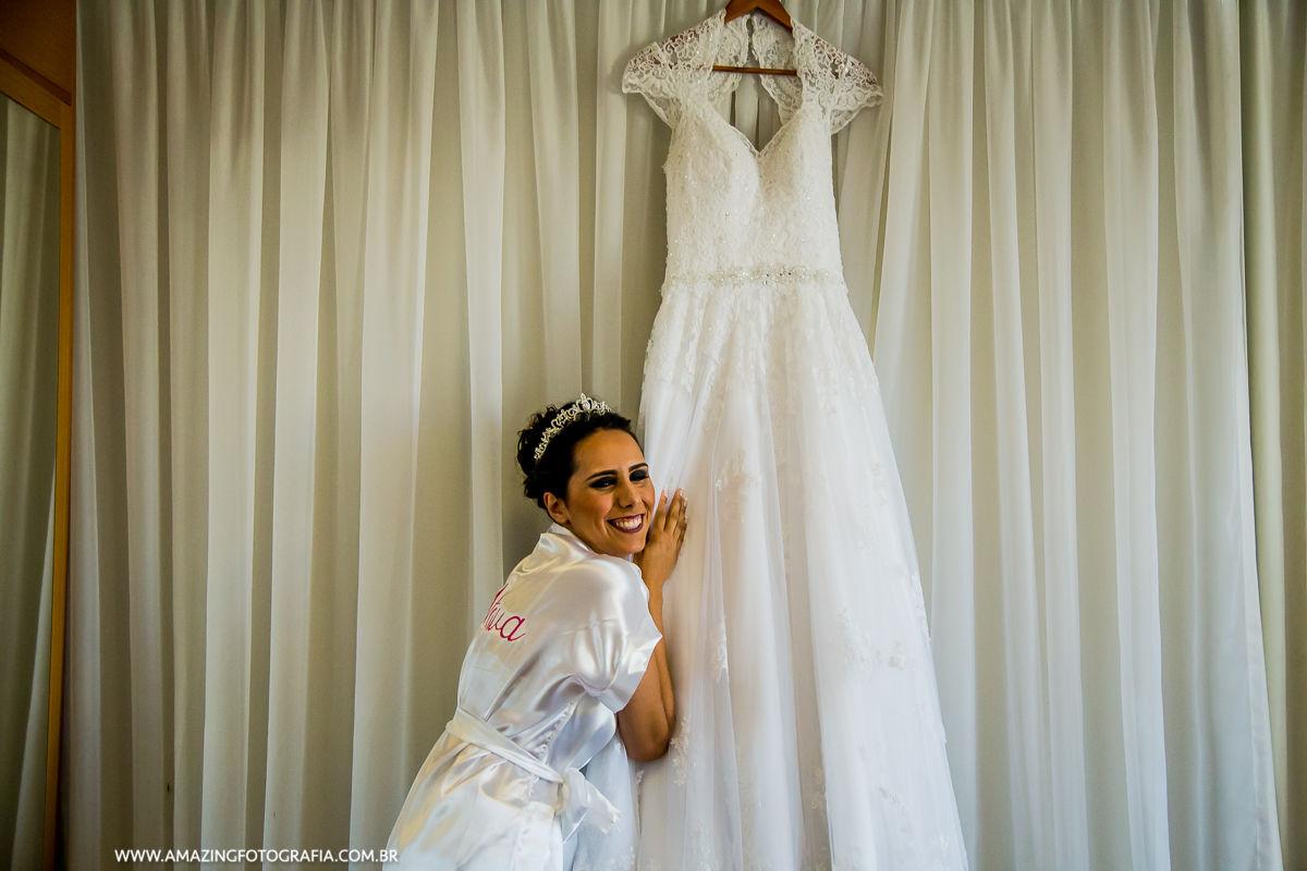 Noiva emocionada com seu vestido Nova Noiva