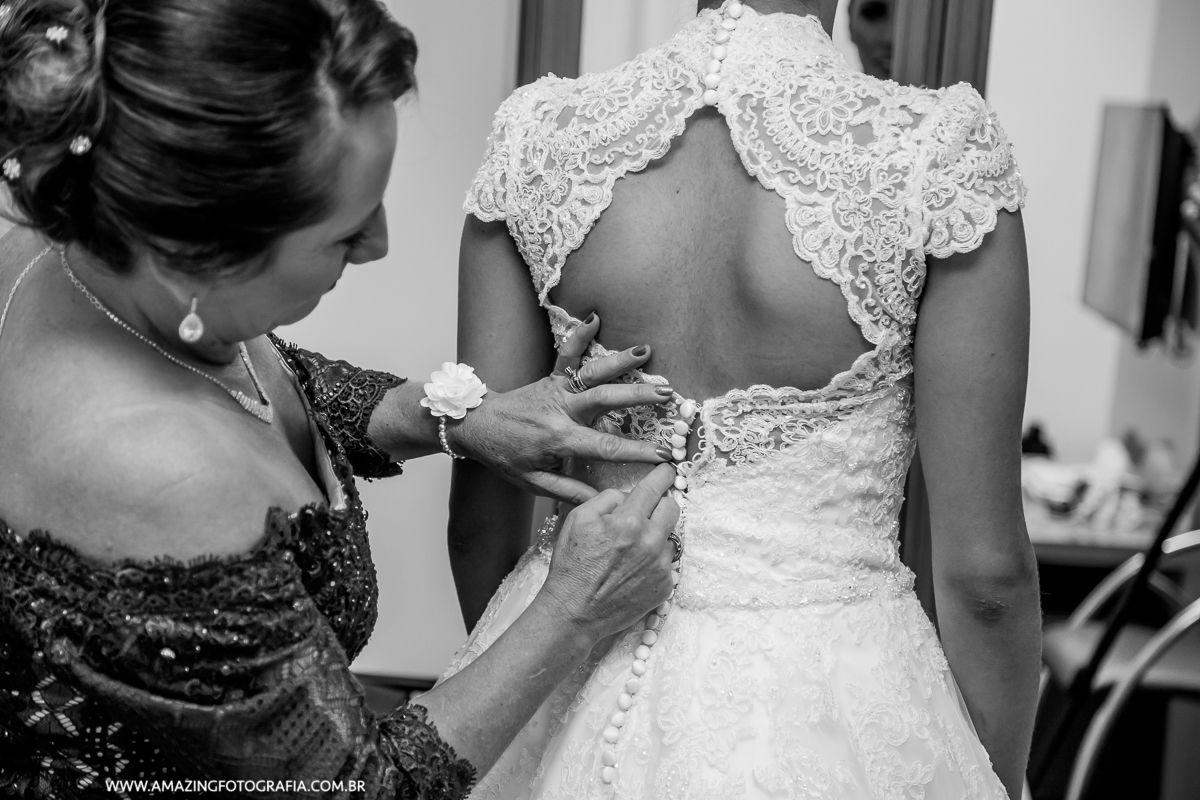 Vestido da Noiva Thamires sendo Fechado no Hotel Hilton em São Paulo