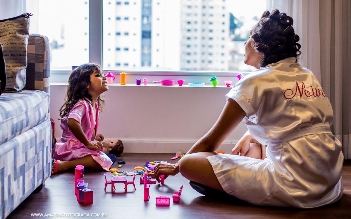 Noiva Brincando com a criança no Hotel Hilton em seu Making Of de Noiva
