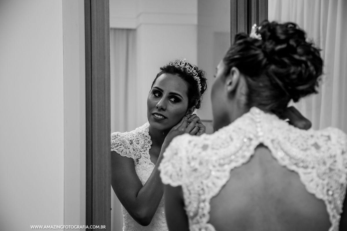 Noiva coloca seu brinco com o registro do fotografo de casamento Amazing Fotografia